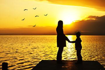 madre e hijo en el embarcadero del mar