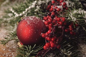Weihnachtliche Dekoration mit Weihnachtskugeln