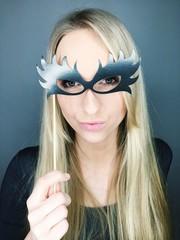 Frau mit Brillen-Maske