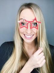 Frau mit Papp-Brille