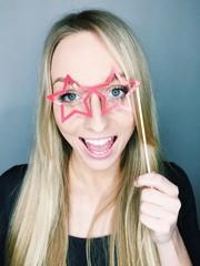 Mädchen hat Spaß mit Pappbrille