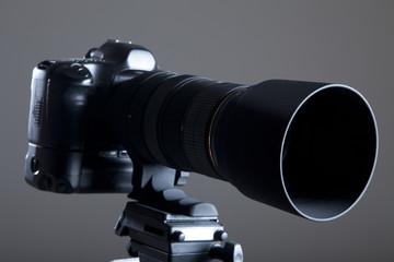 Digitale SLR Kamera mit Teleobjektiv auf Stativ im Fotostudio