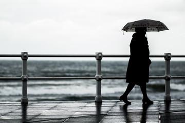 Mujer con paraguas paseando