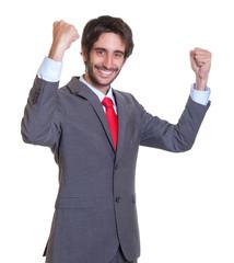 Jubelnder Mann mit Anzug und Bart