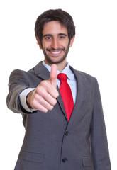Mann mit Anzug und Bar zeigt den Daumen