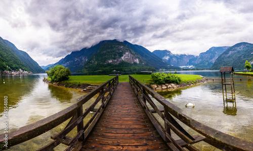 drewniany-most-nad-rzeka
