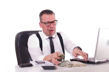 Mann mit Zigarre bei Geld zählen - isoliert