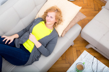 Junge Frau ruht auf dem Sofa aus