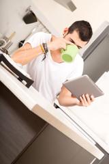 Mit dem Tablet PC in der Küche
