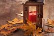 canvas print picture - Laterne und Blätter auf Holztisch