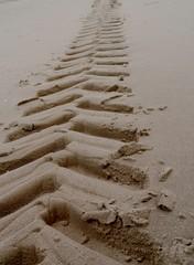 Tiefe Radspuren im Sand