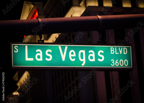 Deurstickers Las Vegas Las Vegas Boulevard street sign at night.
