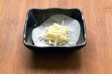 電子レンジでチーズせんべいの準備:男の料理