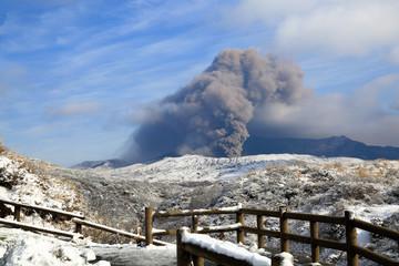 阿蘇中岳噴火口冬景色