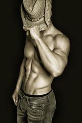 muskulöser Mann mit Cowboyhut