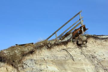 Reste einer Holztreppe auf einer zerstörten Düne