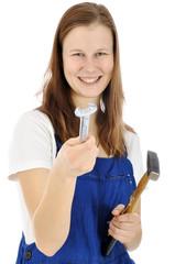 Handwerker in Arbeitskleidung hält Werkzeug