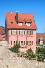 Altstadthaus mit rosa Schindeln