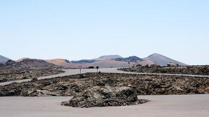 Paisaje volcánico y carreteras en Lanzarote, Islas Canarias