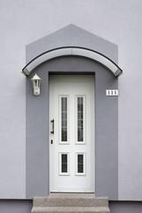 Modernisierter Eingangsbereich eines Wohnhauses in grau