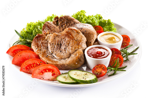 Deurstickers Klaar gerecht Barbecued steaks and vegetable salad