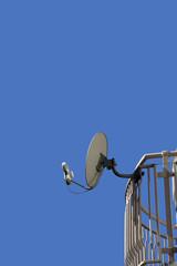 衛星通信用受信アンテナと晴れた空