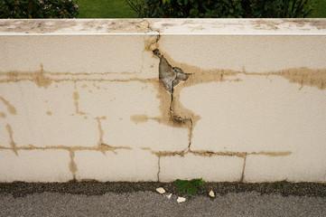 Baumangel Gartenmauer mit fehlenden Mauerabdeckplatten