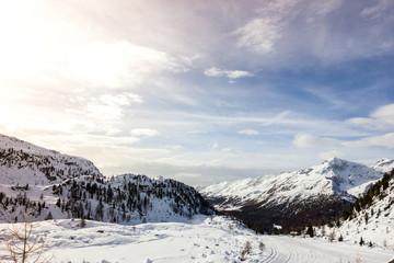 Panorama di montagna con pista da sci