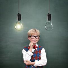 Schulkind mit Lampen