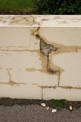 Baumangel  Frostschaden an Mauer mit fehlenden Abdeckplatten