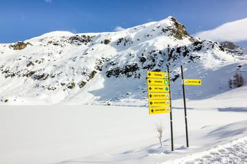 Segnaletica verticale in montagna con neve