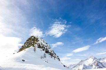 Montagna a punta con neve