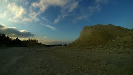 weisser kalksteinbruch kurz vor sonnenuntergang