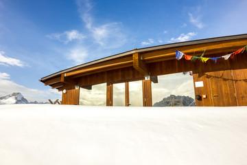 Edificio in legno in montagna con neve