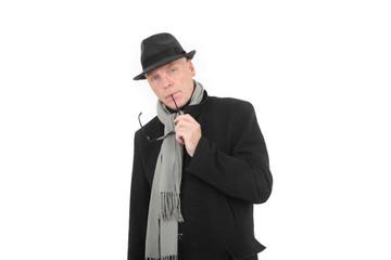 Mit Hut und Mantel