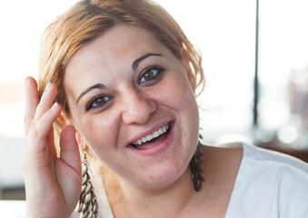 chica rumana saludando