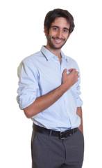 Junger Mann mit Bart und schwarzen Haaren