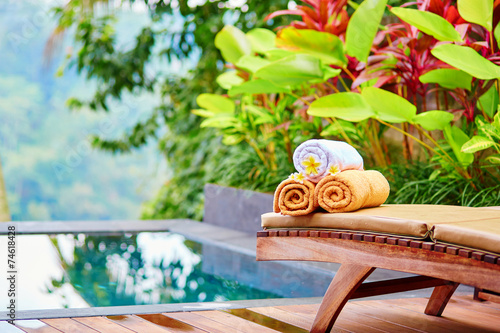 Papiers peints Bali Towels with frangipani flowers in Balinese spa