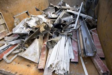 トラックに詰まれた建築廃材