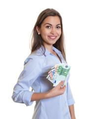 Frau mit langen braunen Haaren hält Geldscheine