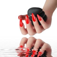 Wunderschöne rote Fingernägel