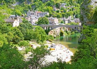 Pont et plage à Saint-Chély-du-Tarn