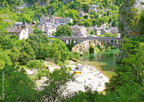 Leinwanddruck Bild Pont et plage à Saint-Chély-du-Tarn