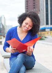 Lernende Studentin aus Südamerika in der Stadt