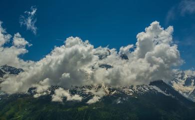 Massif du Mont-Blanc dans les nuages