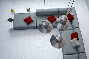 Blick auf Sofa durch Lampen an Decke