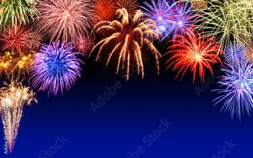 Fröhliches Feuerwerk auf Dunkelblau - 74634837