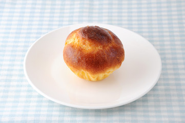 お皿にのせた ブリオッシュ フランスのパン テーブルクロス