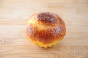 まな板にのせた ブリオッシュ フランスのパン テーブル