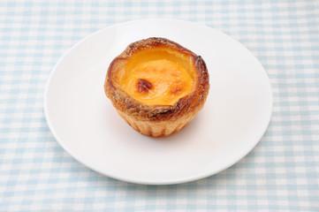 お皿にのせた エッグ チーズ タルト フランスのお菓子 テーブルクロス